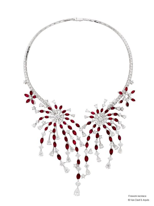 Red-and-white-necklace-for-woman