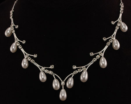 white-pearl-necklace-for-woman